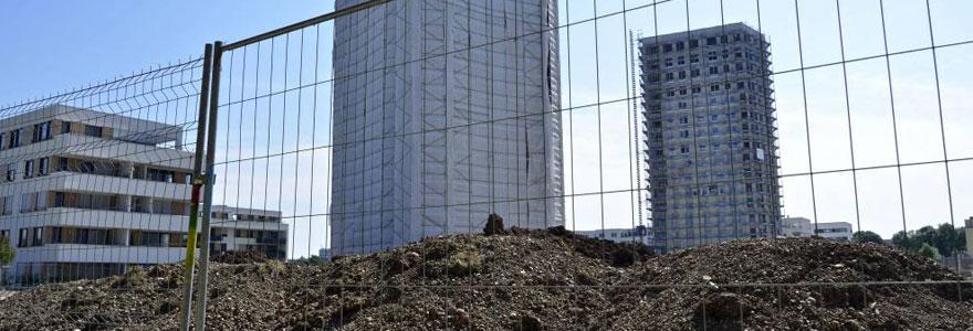 Vous ne savez rien des clôtures de chantier ? Voici un article détaillant les caractéristiques de cette barrière obligatoire sur un chantier.